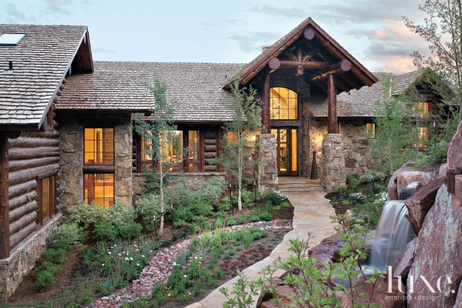 Cabin Style Retreat With A Log And Rock Veneer Fa Ade